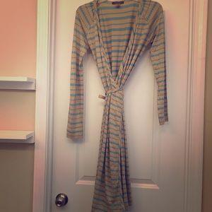 Beautiful wrap dress! Super comfy, looks great on!